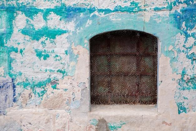 窓とシャッターとツタのあるモンテネグロの古い建物
