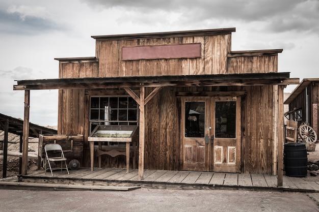 アメリカの野生の西の町の古い建物