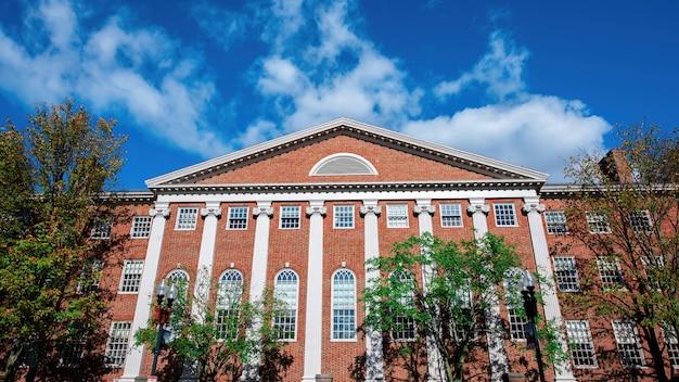 Старое здание с фасадом из красного кирпича