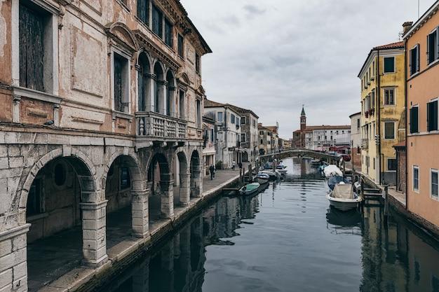 Старые здания и каналы города кьоджа в венето, италия