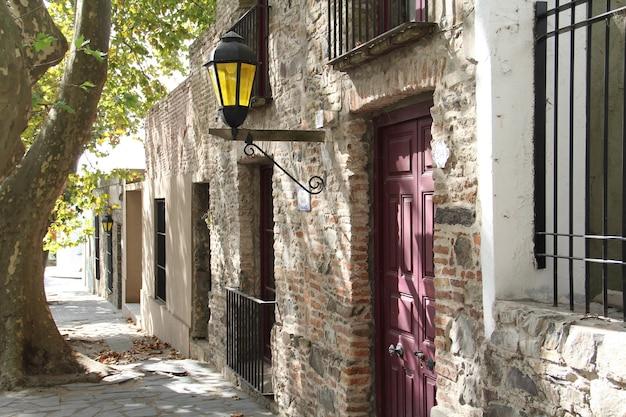 Vecchi edifici sotto la luce del sole di giorno nel dipartimento di colonia in uruguay