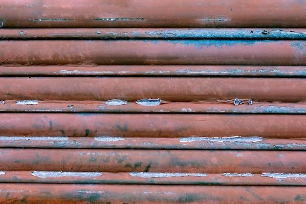 古いバーガンディの金属製のドアの背景