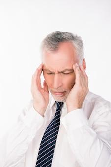 Старый бизнесмен страдает от мигрени