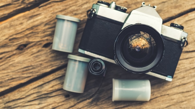 나무 보드에 오래 된 카메라와 필름 카세트