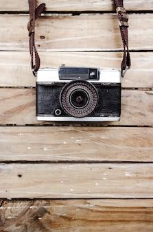 오래 된 카메라와 나무 테이블, 디자인 작업을위한 텍스트 또는 이미지를위한 공간