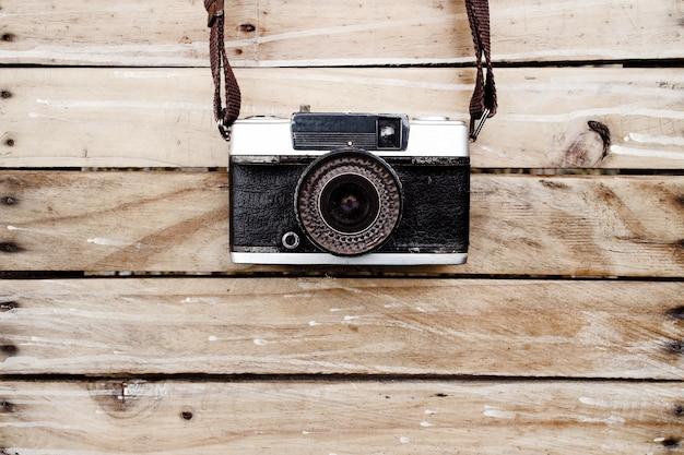 나무 테이블에 오래 된 카메라입니다.