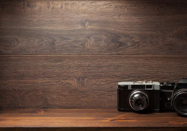 선반 벽 나무 배경 질감에 오래 된 카메라
