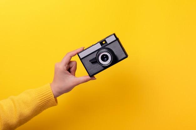 手に古いカメラ