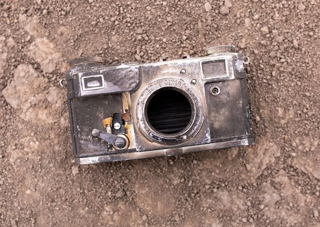 산불 후 마른 땅에 오래 된 카메라