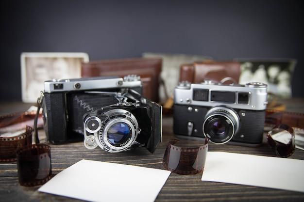 木製のテーブルの上の古いカメラ