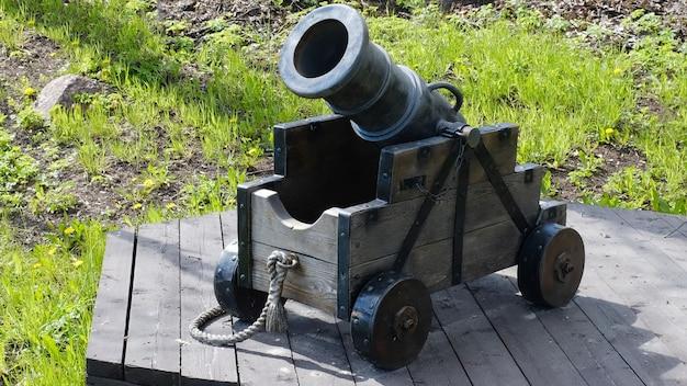 Старая пушка с деревянными колесами в летнем парке