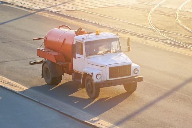 하수 펌핑을 위한 오래된 차