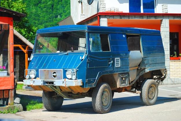 村の通りの古い車