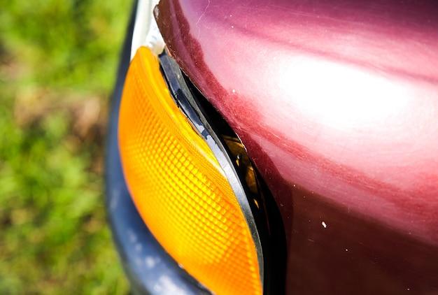 傷のある古い車。車両の塗装を剥がしました。壊れたヘッドライト。