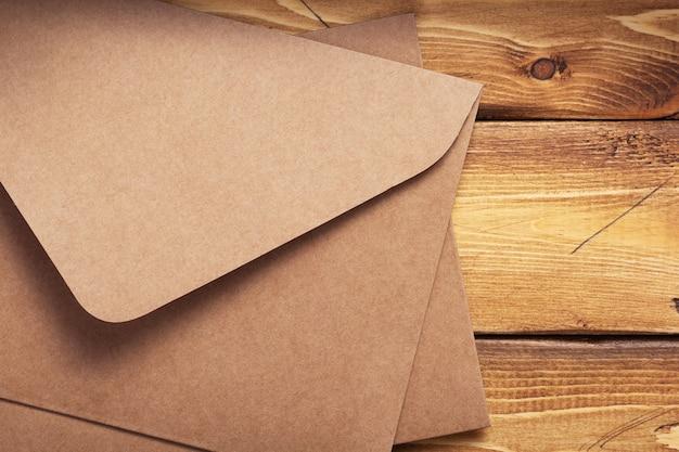 오래된 나무 배경 판자 질감의 오래된 판지 우편 봉투