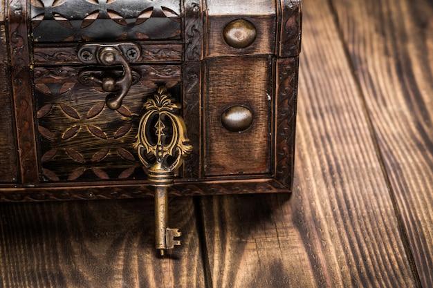 古い棺と背景の鍵