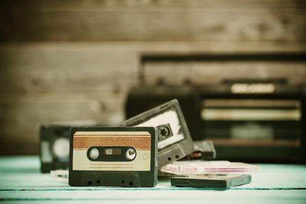古いカセットテープと木の上のプレーヤー