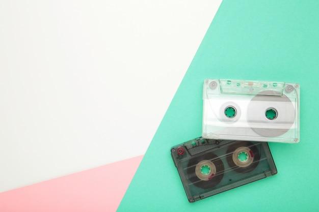 Старые кассеты на фоне красочных. музыкальный день