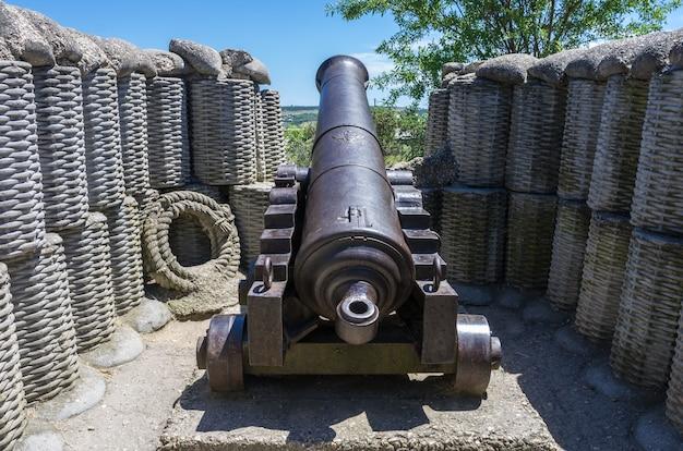 Старая кастирная пушка в боевой позиции