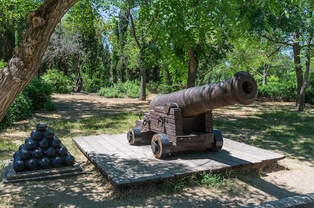 Старая корабельная пушка castiron в парке