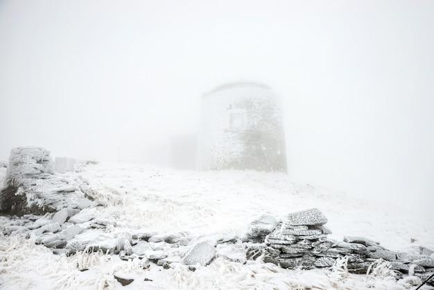 눈 폭풍에 오래 된 성입니다. 고 대 성 겨울 풍경