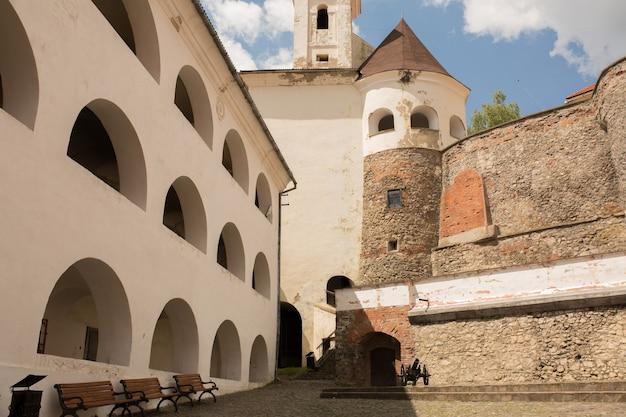 ムカチェヴォの塔とアーチ型の窓のある古い城