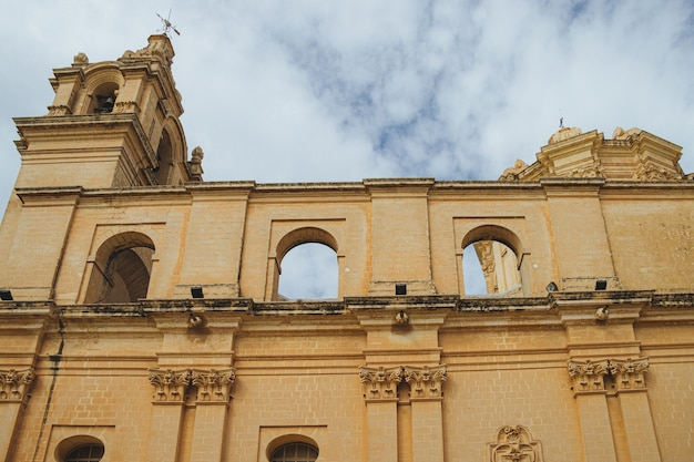 空とアーチと石の柱のある古い大聖堂