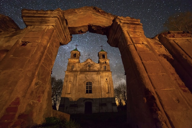 별이 빛나는 하늘 아래 오래된 가톨릭 교회