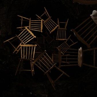 축제의 벽지를 위한 터널 배경의 오래된 의자 및 장면 축하
