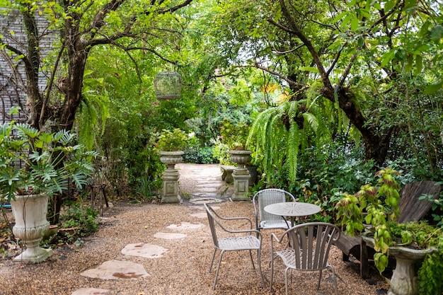 古い椅子の周りの自然とモダンな家のバルコニーでヴィンテージレトロなスタイル。