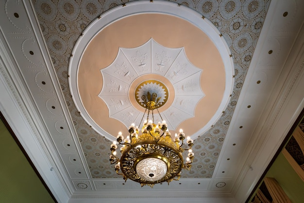 마지막 러시아 차르의 크림 거주지에 있는 오래된 샹들리에와 천장