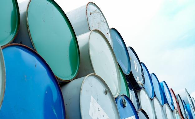 古い化学バレル。青と緑のドラム缶。空のスチールオイルタンク。有毒廃棄物倉庫。ハザードケミカルバレル。ドラム缶内の産業廃棄物。工場での有害廃棄物の保管。バレルストック。
