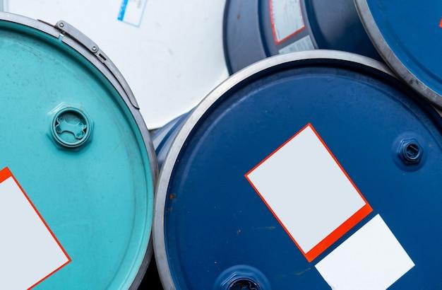 오래된 화학 배럴. 파란색과 녹색 오일 드럼. 강철 및 플라스틱 오일 탱크. 유독성 폐기물.