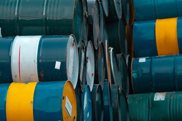 古い化学バレルは、可燃性液体の青緑と黄色の化学ドラムスチールタンクを積み重ねます