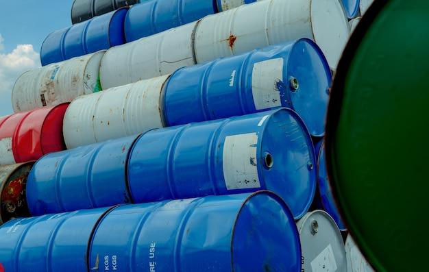 Стек старые химические бочки. красный, зеленый и синий химический барабан. стальной резервуар с легковоспламеняющейся жидкостью. бочка с опасным химическим веществом. промышленные отходы. пустые химические бочки на заводском складе. опасные отходы.