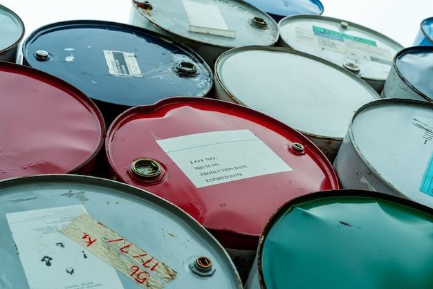 Стопка старых бочек с химикатами красно-зеленый и синий бочка с химикатами стальной бак с легковоспламеняющейся жидкостью