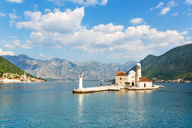 Старая церковь на острове в море, черногория