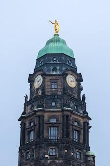 ドレスデン、ザクセン、ドイツの時計と古い教会塔