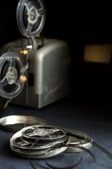 어둠 속에서 오래된 시네마 프로젝터와 카세트