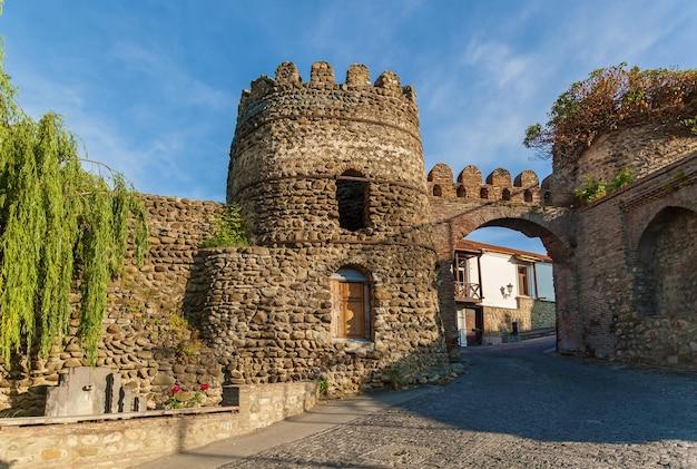 Стена старого города из камней с башнями вокруг города сигнахи. кахети. грузия. это город любви в грузии.