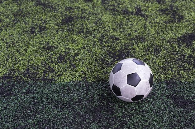 축구 잔디에 오래 된 고전적인 축구
