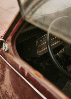 古い古典的な赤い車