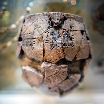 오래된 항아리 발굴에서 고대 테라코타 항아리 페인트 고고학 도자기