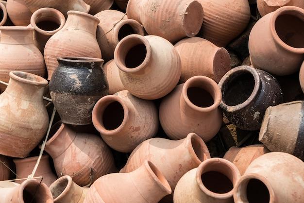 Старые глиняные горшки
