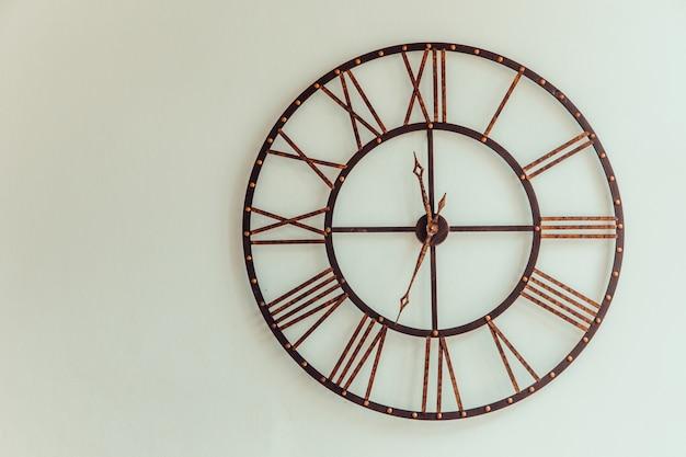 단 철 벽으로 만든 오래 된 시계
