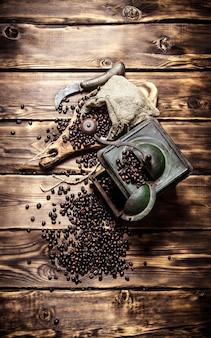 古いコーヒーグラインダー