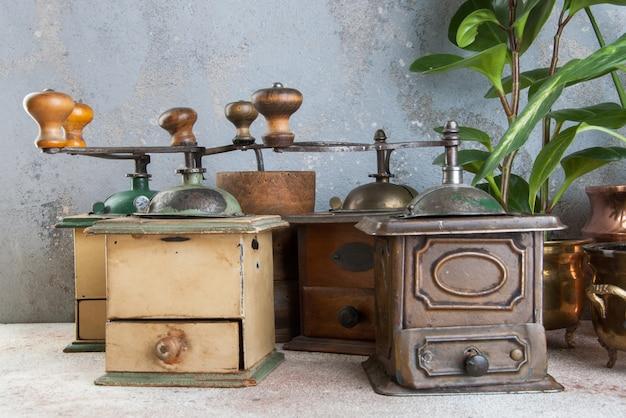 Старые кофемолки на конкретной предпосылке.