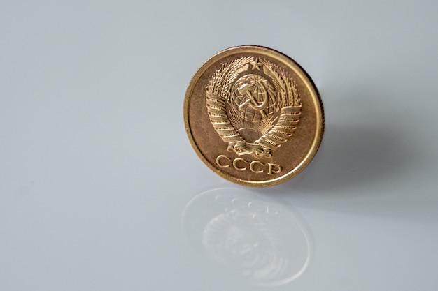 Старая монета пяти советских копеек, изолированные на серой поверхности Premium Фотографии