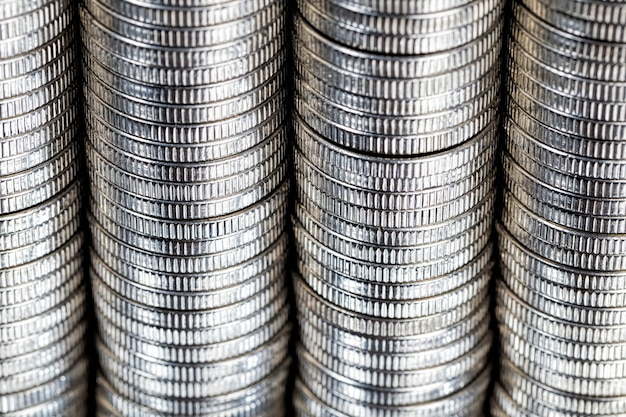 Старые монеты с царапинами и другими повреждениями после длительного использования населением для расчетов