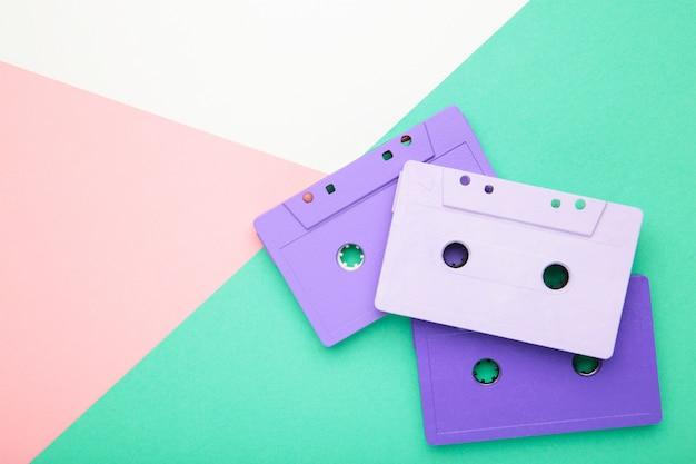 Старые красочные кассеты на фоне красочных. музыкальный день